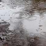 雨の日の自転車の服装はどうする 顔や足元も濡れないように!